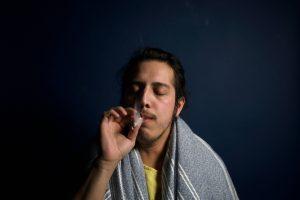persona che fuma cannabis