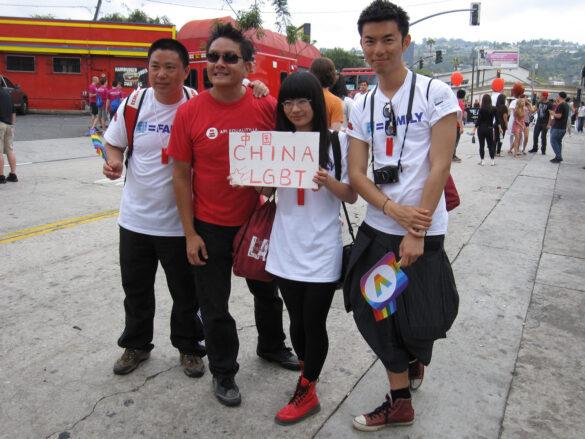 giovani cinesi con la scritta LGBT CHINA su un cartello